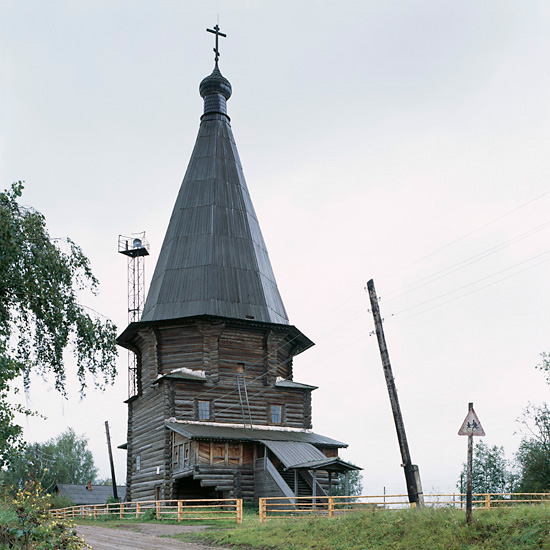 http://www.richarddavies.co.uk/woodenchurches/pictures/1_Verkhniaya_Uftiuga_Aug02.jpg